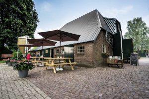 Buiten op het terras bij Theehuis Grootveen